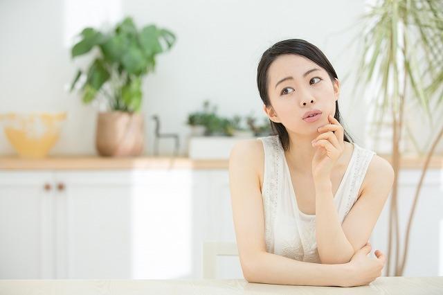 考え事をしている女性