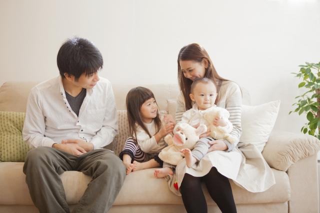 ソファーでくつろぐ家族