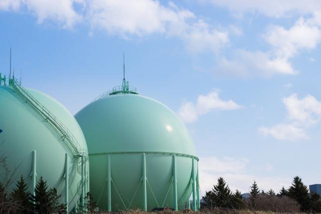 都市ガスタンクのある風景