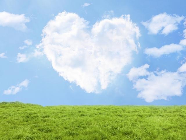 草原にハートの雲が浮かぶハッピーな気分
