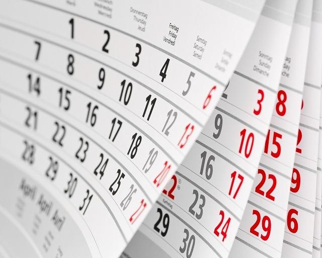 カレンダーがめくられている写真
