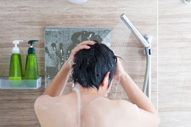 シャワーを使う男性