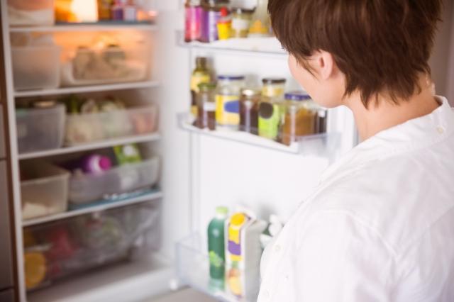 """""""冷蔵庫を開ける女性"""""""