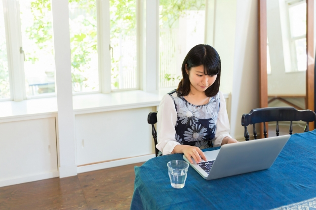 """""""部屋でパソコンを使う女性"""""""
