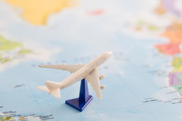 地図と飛行機の模型