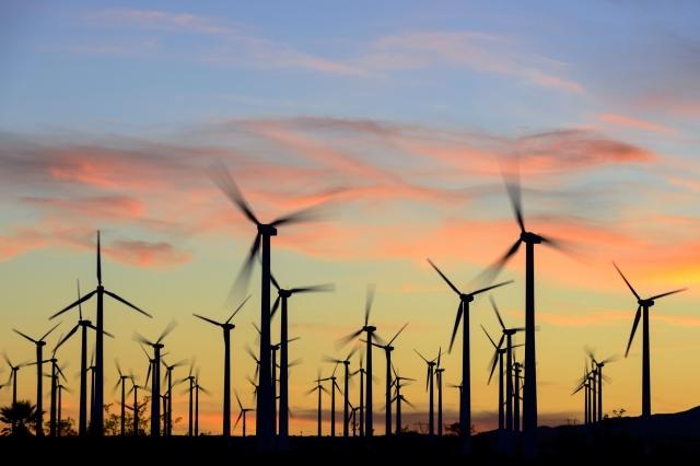 風力発電と夕焼けの風景