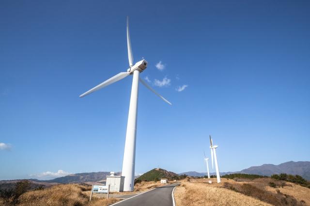 風力発電と青空の風景