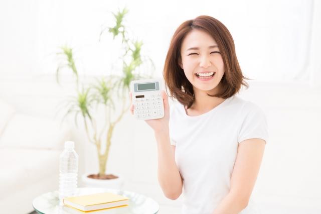 電卓を持って笑っている女性