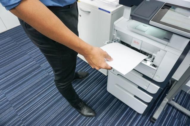 コピー機を使用している男性