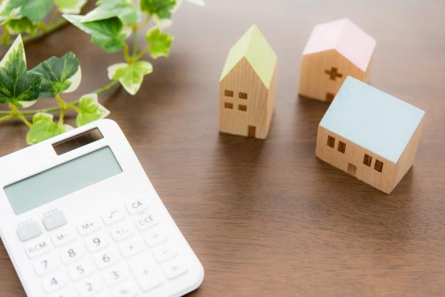 電卓と家の積み木