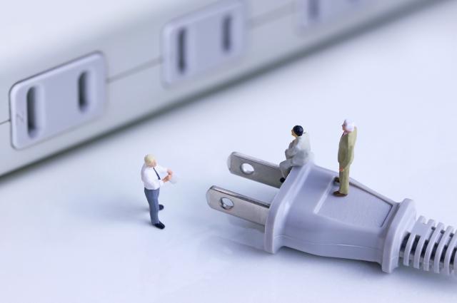 電源コードとビジネスマン