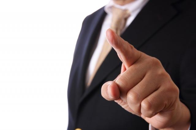 指をさしているビジネスマン